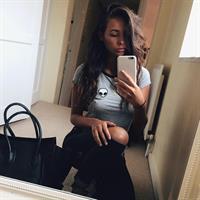 Lauren Loretta taking a selfie