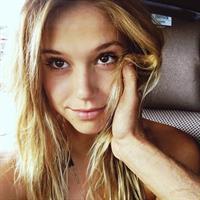 Alexis Ren taking a selfie