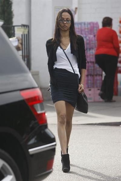 Zoe Saldana picks ups groceries at Bristol Farm in Los Angeles, CA - January 20, 2012