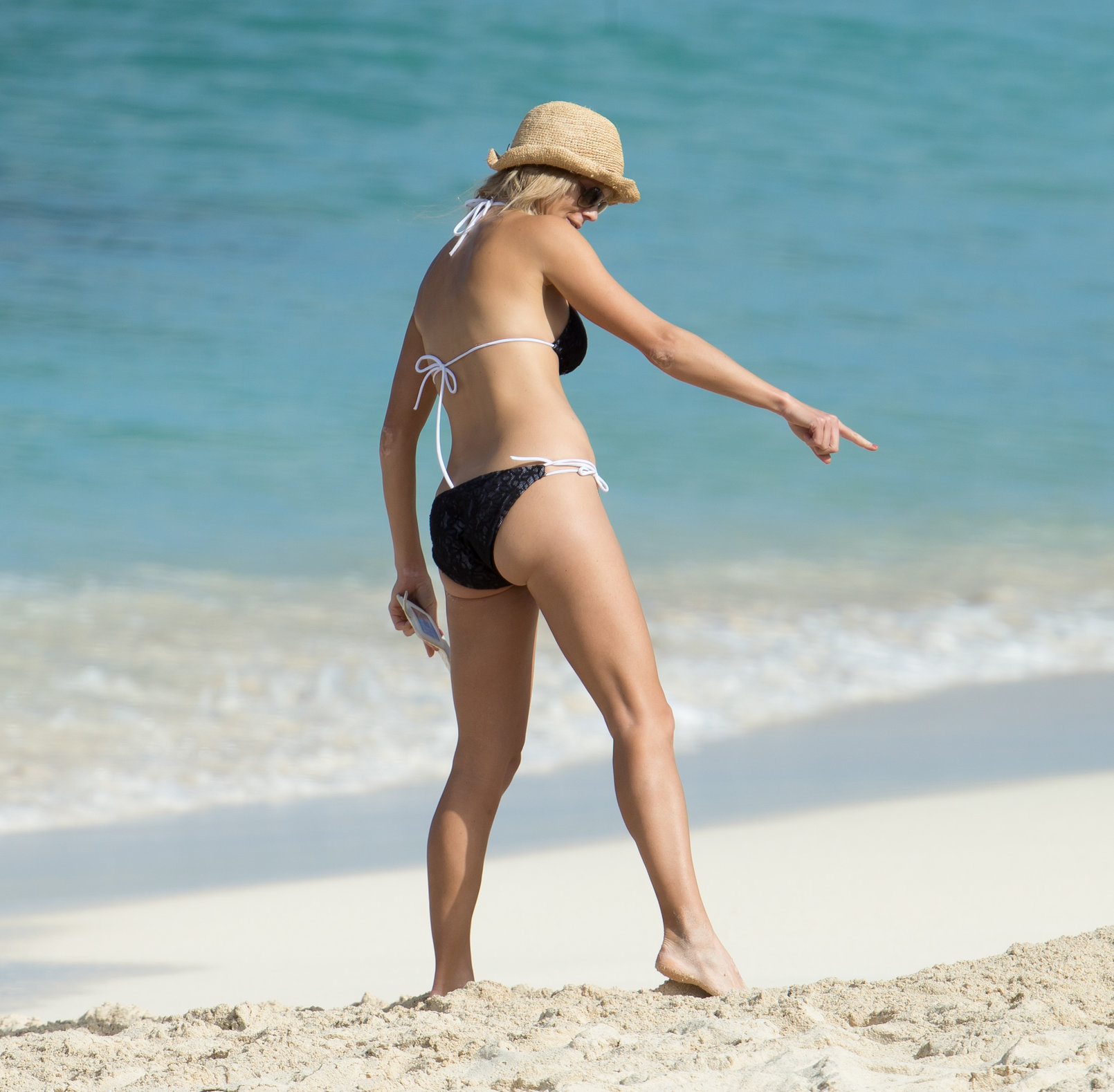 Elin Nordegren on the beach in the Bahamas (bikini) 1/6/13