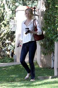 Emma Stone in Jeans walking in Los Angeles (10/08/12)