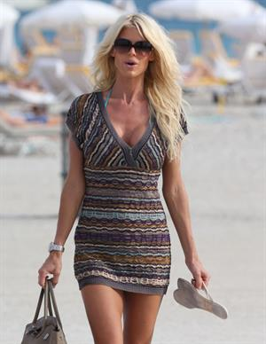 Victoria Silvstedt in a bikini at Miami Beach 29.12.12