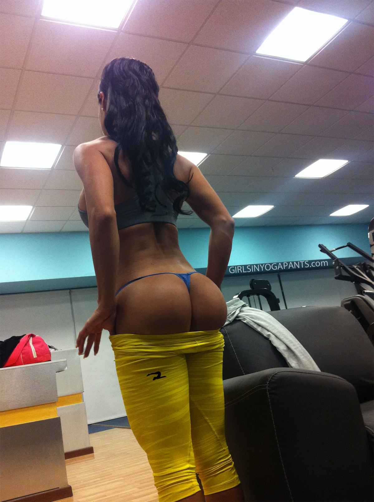 Sporty Latina slut Suzana Rio pulls down her tight jeans showing tanlined body  740602