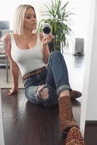 Samantha Ravndahl taking a selfie