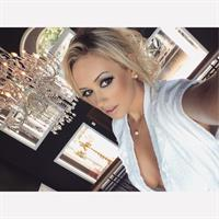 Liziane Soares taking a selfie