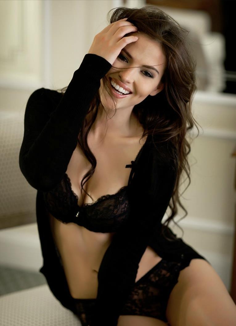 Hana Nitsche in lingerie