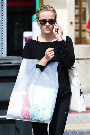 Reese Witherspoon Shopping in Brentwood (May 23, 2013)