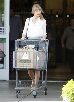Taylor Swift - running errands in Los Angeles (03.04.2013)