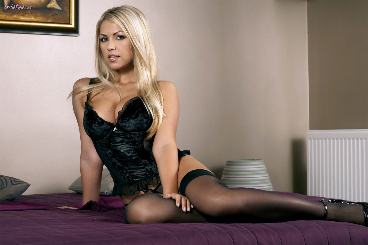Anette Dawn in lingerie