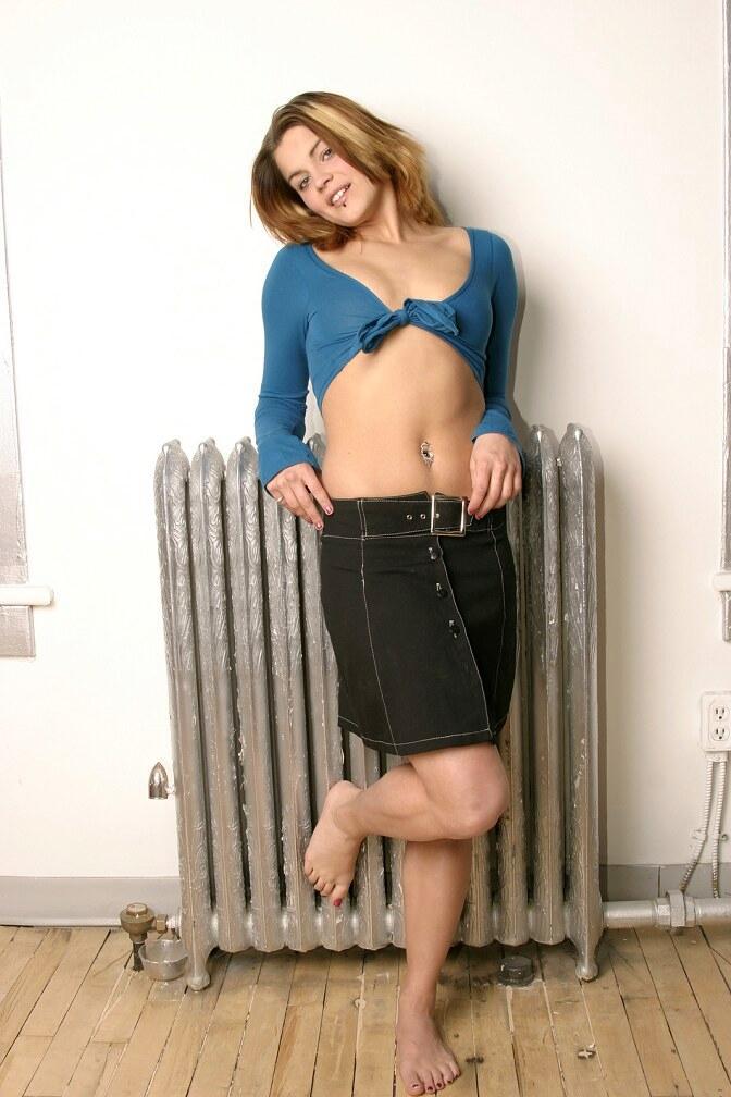 Sara Sexton strips off blue top